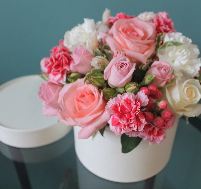 Гвоздика Кустовая (розовый) — 2 шт., Гвоздика (белый) — 3 шт., Роза (розовый) — 3 шт., Шляпная коробка (средний) — 1 шт., Питтоспорум — 2 шт., Роза кустовая (р…
