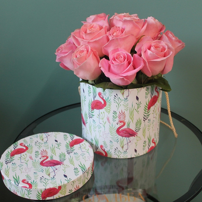 Роза Кения (нежно-розовый) — 15 шт., Пиафлор — 1 шт., Коробка (круг, средний) — 1 шт.