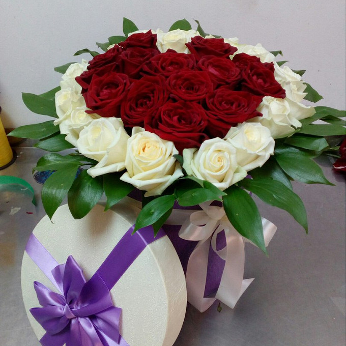 Оазис — 1 шт., Шляпная коробка (средний) — 1 шт., Рускус — 9 шт., Роза Кения (белый) — 14 шт., Роза Кения (красный) — 17 шт.
