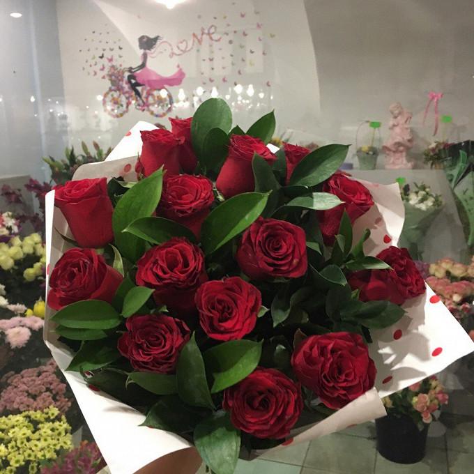 Букет красных роз в крафте