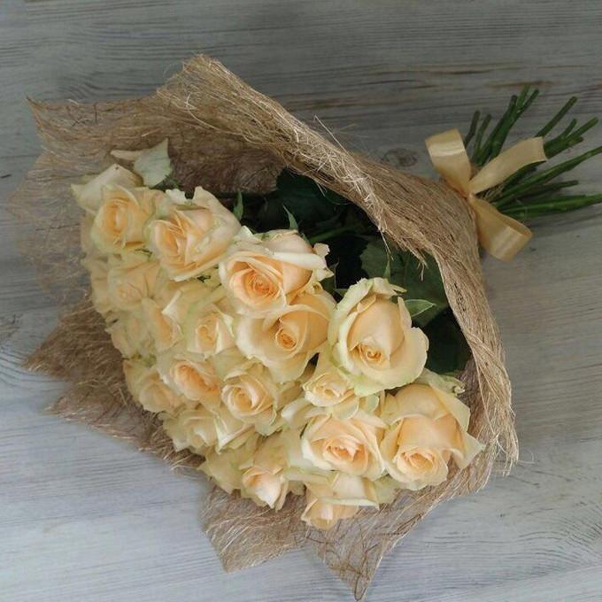 Роза Кения (кремовый, 60 см) — 29 шт., Лента — 1 шт., Упаковка Сизаль — 1 шт.
