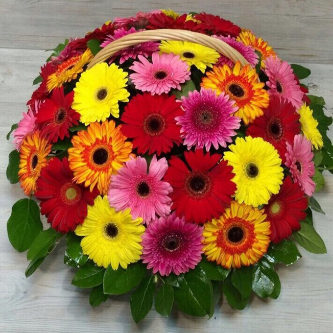 Гербера (микс (разных цветов)) — 39 шт., Рускус — 20 шт., Пиафлор — 3 шт., Корзина (круг, средний) — 1 шт.