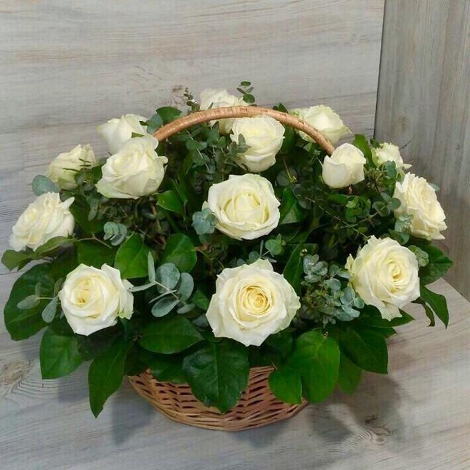 Роза Кения (белый) — 19 шт., Рускус — 15 шт., Пиофлор — 2 шт., Эвкалипт — 5 шт., Корзина (круг, средний) — 1 шт.