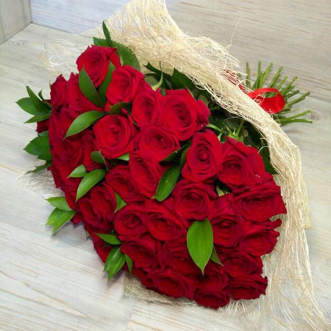 Розы с рускусом в сизали
