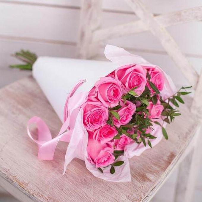Роза Кения (нежно-розовый, 60 см) — 11 шт., Лента атласная — 1 шт., Писташ — 4 шт., Упаковка Крафт-конус — 1 шт.