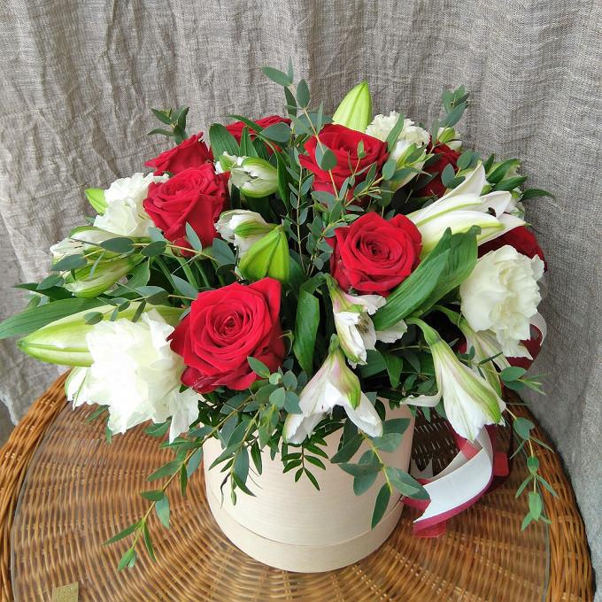 Эустома (белый) — 2 шт., Альстромерия (микс (разных цветов)) — 4 шт., Лилия ветка (белый) — 1 шт., Роза Кения (красный) — 9 шт., Эвкалипт — 1 шт., Пиафлор — 1 …