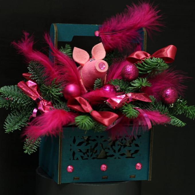 Розовая свинка в перьях