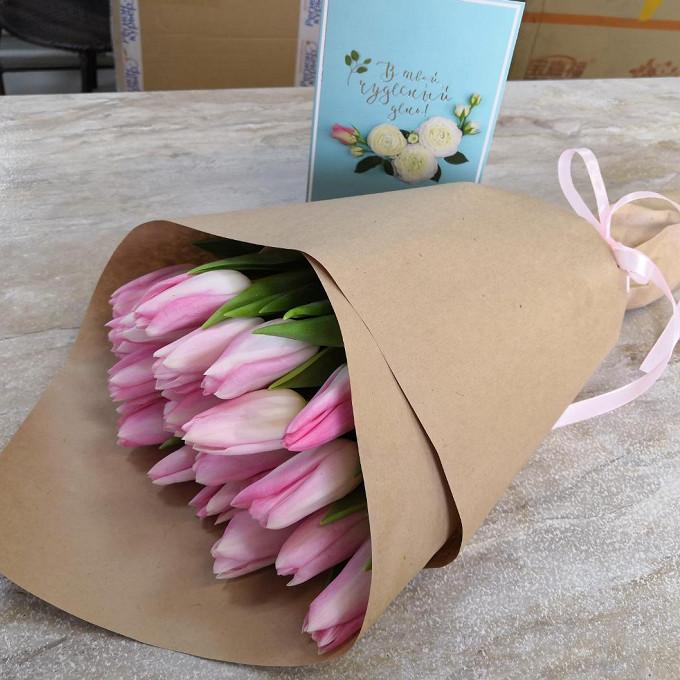 Тюльпан (нежно-розовый) — 15 шт., Розовая лента — 1 шт., Упаковка Крафт-бумага — 1 шт.