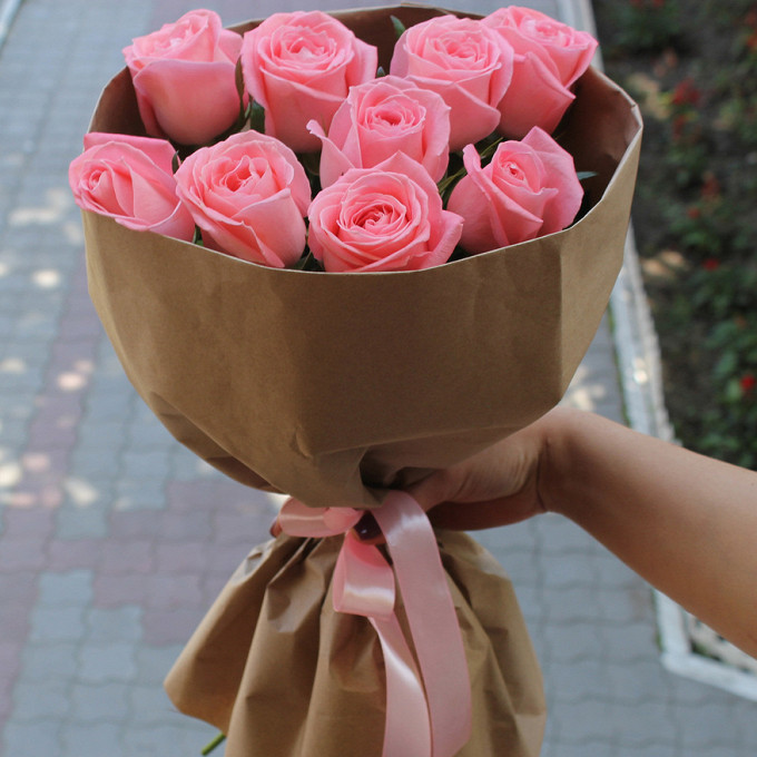 Роза Эквадор (нежно-розовый, 50 см) — 9 шт., Розовая лента — 1 шт., Упаковка Крафт-бумага — 1 шт.