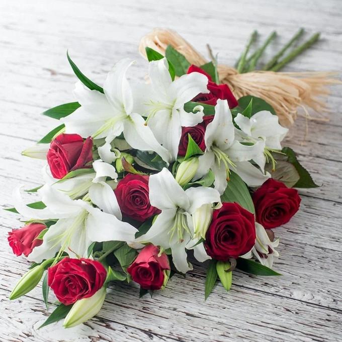 Роза Кения (красный, 60 см) — 9 шт., Лилия ветка (белый) — 3 шт., Лента — 1 шт., Рускус — 10 шт.
