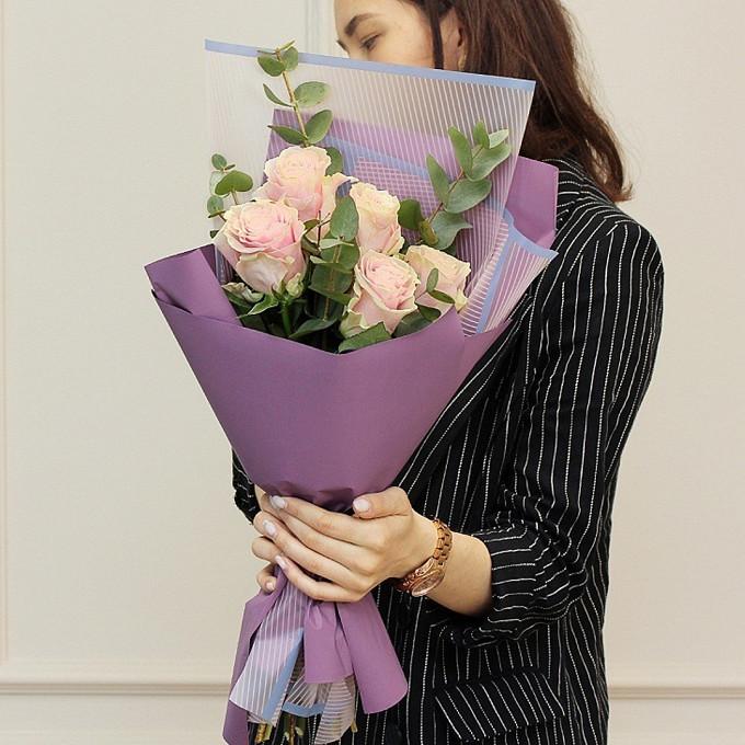Роза Кения (нежно-розовый, 60 см) — 5 шт., Лента атласная — 1 шт., Эвкалипт — 4 шт., Упаковка Пленка матовая (Корея) — 2 шт.