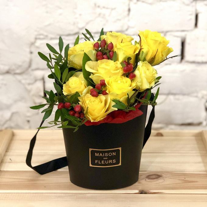 Роза Кения (желтый) — 9 шт., Гиперикум (красный) — 2 шт., Писташ — 2 шт., Пиафлор — 1 шт., Шляпная коробка (малый) — 1 шт.