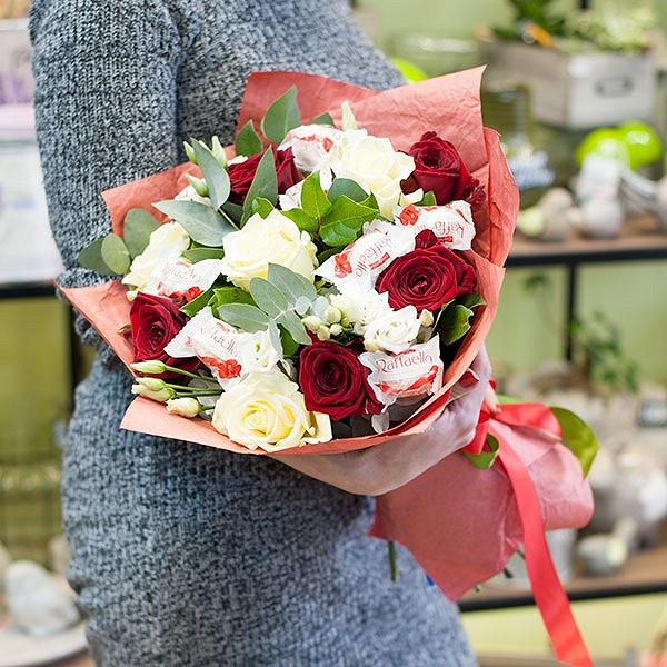 """Букет цветов с конфетами """"Розы и наслаждение"""""""