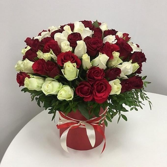45 бордово-белых роз в коробке
