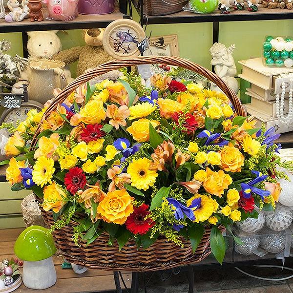 Роза Кения (желтый) — 15 шт., Ирис (синий) — 9 шт., Альстромерия (микс (разных цветов)) — 8 шт., Солидаго (желтый) — 7 шт., Гипсофила (белый) — 5 шт., Гербера …