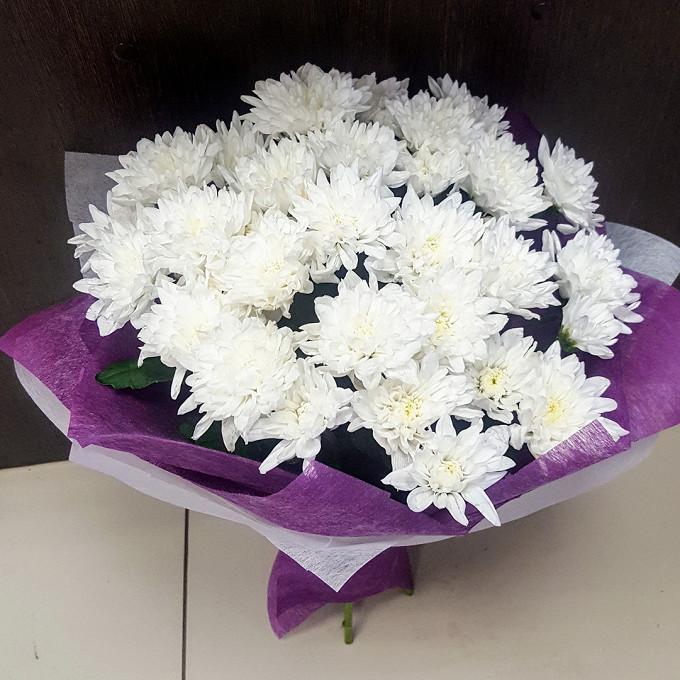 Хризантема (белый) — 5 шт., Лента атласная — 1 шт., Упаковка Фетр — 3 шт.