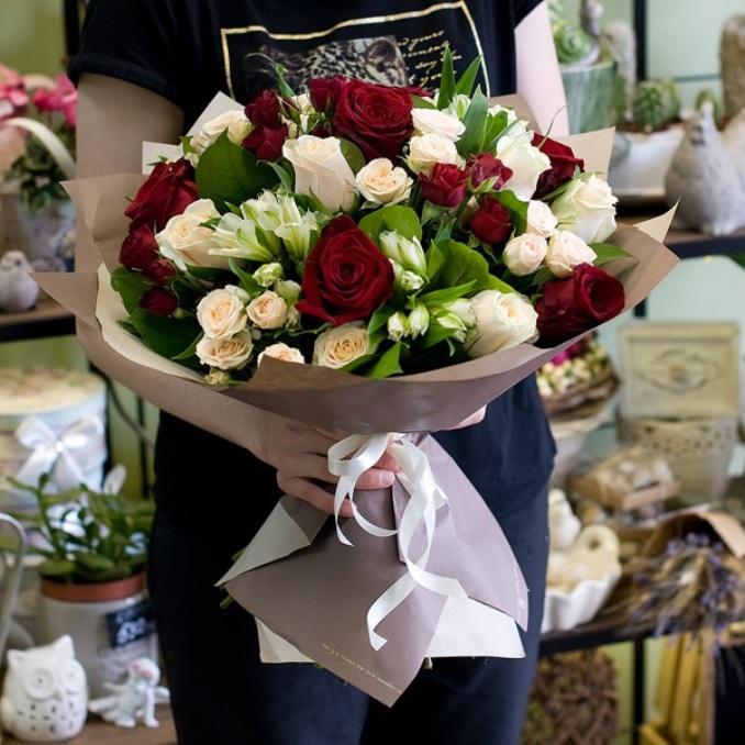 Роза Кения (бордовый, 60 см) — 6 шт., Роза Кения (кремовый, 60 см) — 7 шт., Упаковка Пленка матовая (Корея) — 2 шт., Лента — 2 шт., Альстромерия (белый) — 5 шт…