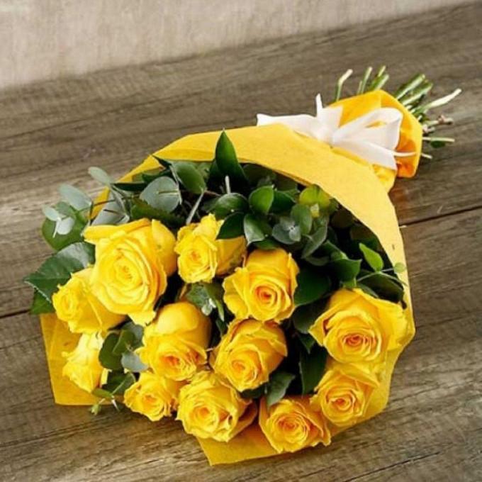 Роза Кения (желтый, 60 см) — 13 шт., Лента — 1 шт., Рускус — 8 шт., Эвкалипт — 2 шт., Упаковка Фетр — 1 шт.