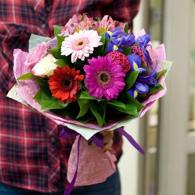 Роза Кения (микс (разных цветов), 60 см) — 3 шт., Лента — 1 шт., Упаковка Фетр — 1 шт., Рускус — 10 шт., Ирис (синий) — 3 шт., Альстромерия (микс (разных цвето…
