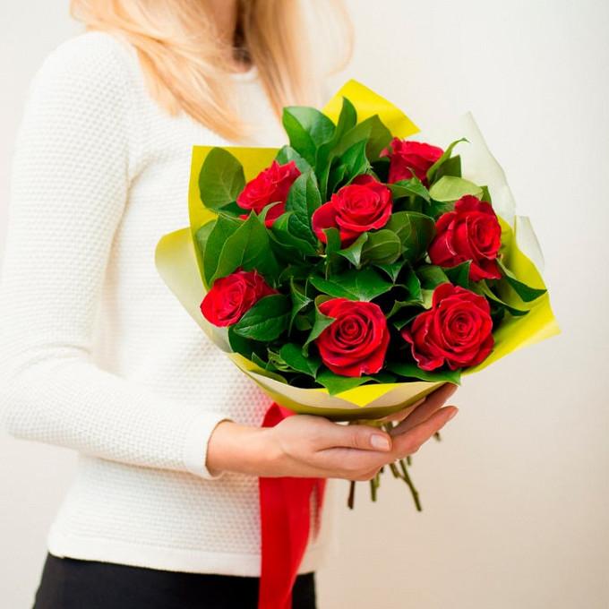 Роза Кения (красный, 60 см) — 7 шт., Лента — 1 шт., Рускус — 15 шт., Упаковка Фетр — 1 шт.