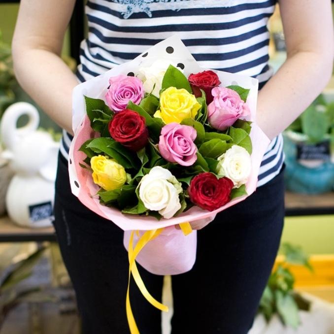 Роза Кения (микс (разных цветов), 60 см) — 11 шт., Рускус — 10 шт., Лента — 1 шт., Упаковка Пленка матовая (Корея) — 1 шт.