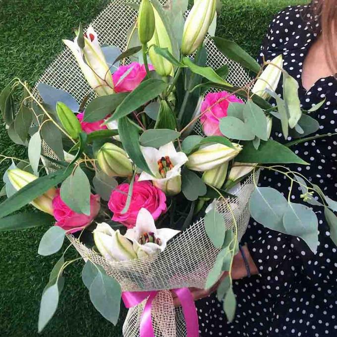Роза Кения (нежно-розовый, 60 см) — 5 шт., Лилия ветка (белый) — 3 шт., Эвкалипт — 4 шт., Лента — 1 шт., Упаковка Сизаль — 1 шт.