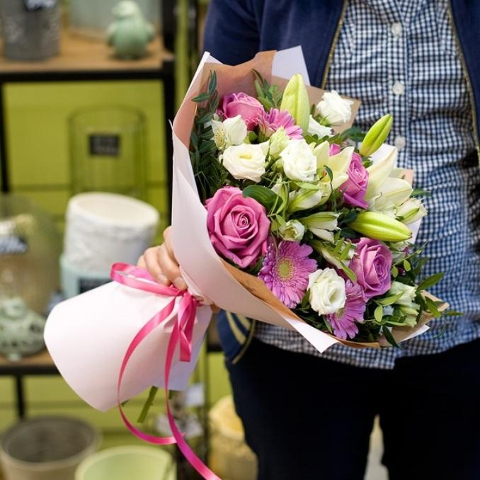 Роза Кения (нежно-розовый, 60 см) — 5 шт., Лилия ветка (белый) — 2 шт., Эустома (белый) — 4 шт., Гербера (нежно-розовый) — 5 шт., Писташ — 6 шт., Лента — 1 шт.…