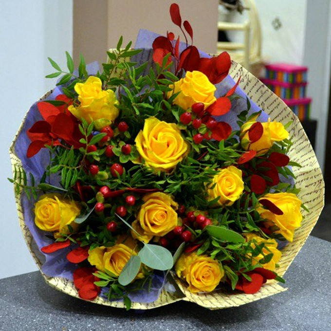 Роза Кения (желтый, 60 см) — 11 шт., Упаковка Крафт-бумага — 1 шт., Писташ — 5 шт., Эвкалипт — 3 шт., Лента — 1 шт.