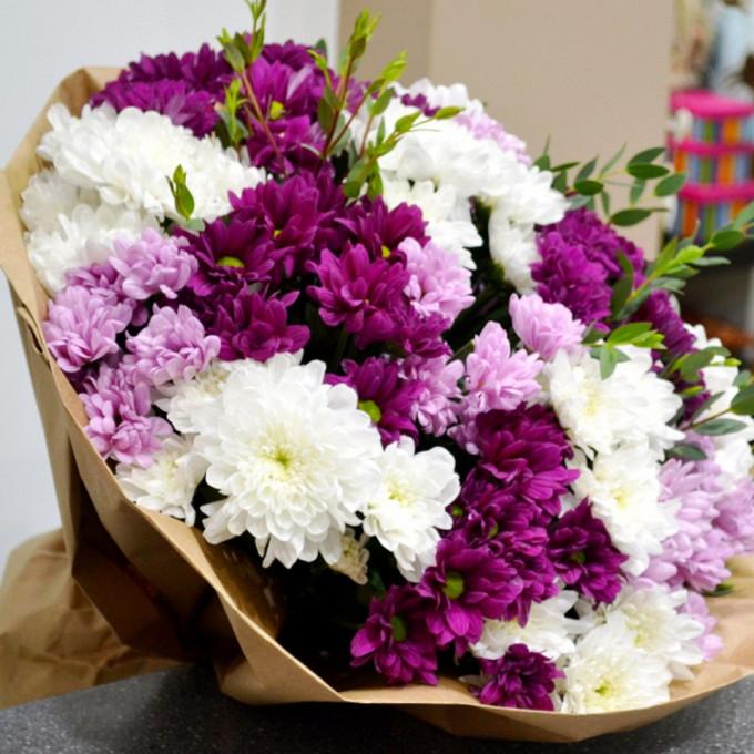 Хризантема кустовая (микс (разных цветов)) — 15 шт., Лента — 1 шт., Писташ — 5 шт., Упаковка Крафт-бумага — 1 шт.