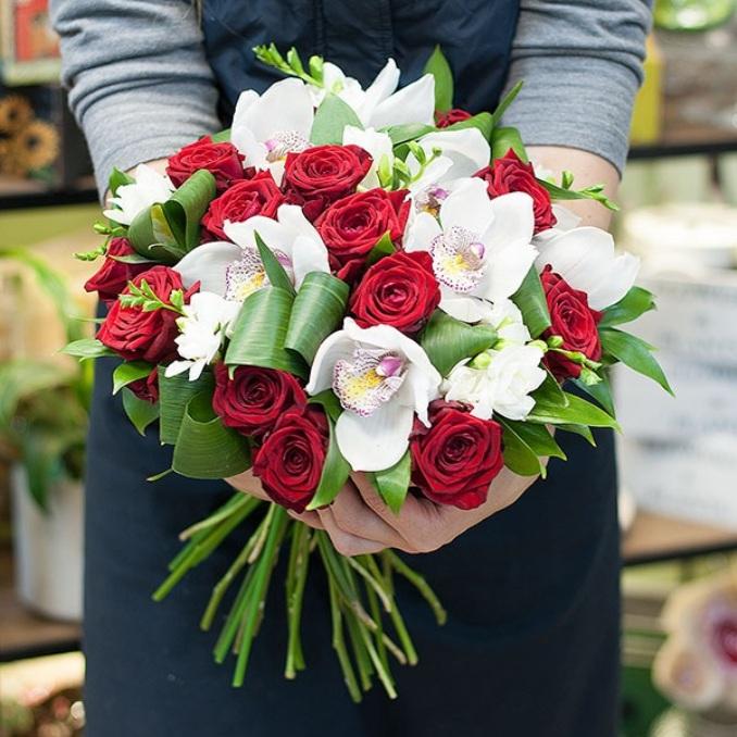 Роза Кения (красный, 60 см) — 15 шт., Эустома (белый) — 4 шт., Аспидистра — 4 шт., Рускус — 10 шт., Орхидея Цимбидиум 1 бутон (белый) — 6 шт., Лента — 2 шт.