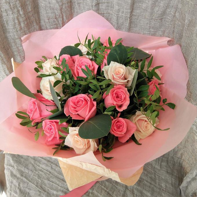 Букет из: писташ — 6 шт., эвкалипт — 1 шт., упаковка фетр — 1 шт., роза (кремовый, 60 см) — 10 шт., роза (розовый, 60 см) — 9 шт., лента — 1 шт. - Роз-ДеЛя-Крем