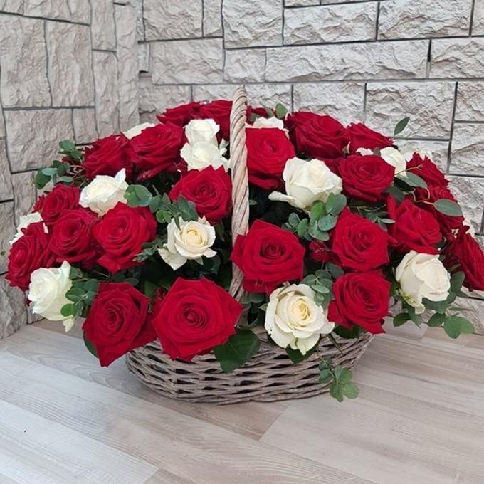Роза Кения (красный) — 25 шт., Роза Кения (белый) — 26 шт., Эвкалипт — 10 шт., Пиафлор — 4 шт., Корзина (овал, средний) — 1 шт.