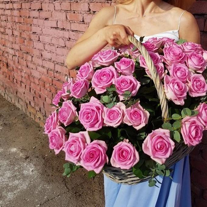 Роза Кения (нежно-розовый) — 51 шт., Пиафлор — 4 шт., Эвкалипт — 10 шт., Корзина (овал, средний) — 1 шт.