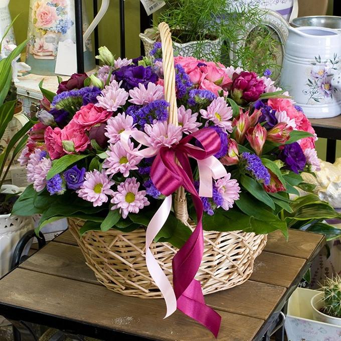 Рускус — 10 шт., Писташ — 4 шт., Альстромерия (микс (разных цветов)) — 5 шт., Пиафлор — 2 шт., Корзина (овал, средний) — 1 шт., Роза кустовая (нежно-розовый) —…