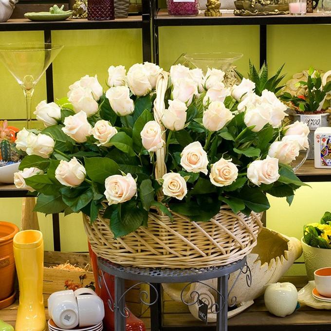 Роза Кения (кремовый) — 51 шт., Корзина (овал, средний) — 1 шт., Рускус — 25 шт., Пиафлор — 4 шт.