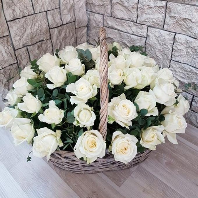 Роза Кения (белый) — 51 шт., Пиафлор — 4 шт., Корзина (овал, средний) — 1 шт., Эвкалипт — 10 шт.
