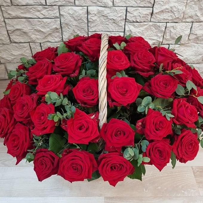 Роза Кения (красный) — 51 шт., Эвкалипт — 10 шт., Корзина (круг, средний) — 1 шт., Пиафлор — 4 шт.