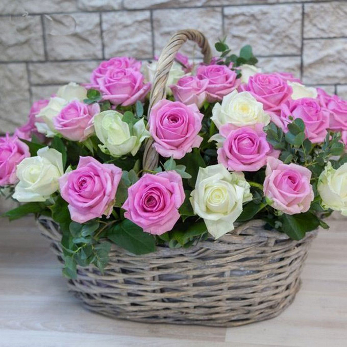 Роза Кения (нежно-розовый) — 26 шт., Роза Кения (белый) — 25 шт., Пиафлор — 4 шт., Эвкалипт — 10 шт., Корзина (овал, средний) — 1 шт.