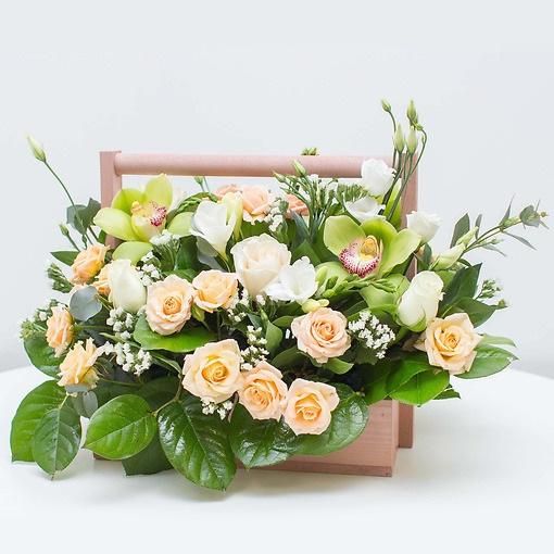 Деревянный ящик (прочее, средний) — 1 шт., Эустома (белый) — 3 шт., Гипсофила (белый) — 3 шт., Аспидистра — 4 шт., Пиафлор — 1 шт., Роза кустовая (кремовый) — …