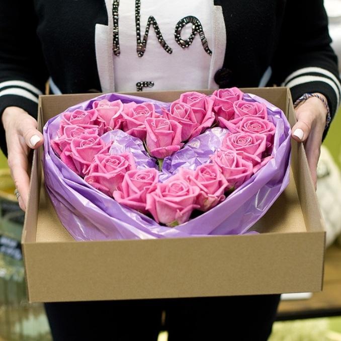 Роза Кения (нежно-розовый) — 15 шт., Коробка (прочее, малый) — 1 шт., Пиафлор — 1 шт., Упаковка Пленка матовая (Корея) — 1 шт.