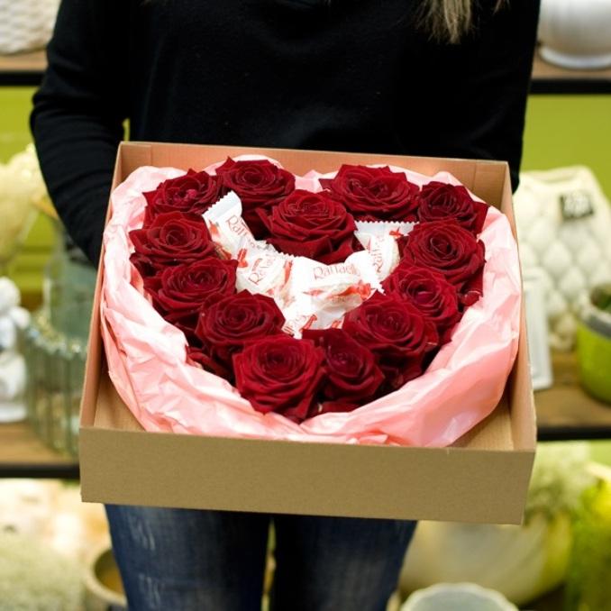 Роза Кения (бордовый) — 13 шт., Рафаэлло 1 конфета — 10 шт., Коробка (прочее, малый) — 1 шт., Пиафлор — 1 шт., Упаковка Пленка матовая (Корея) — 1 шт.
