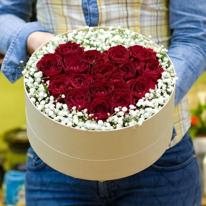 Гипсофила (белый) — 3 шт., Пиафлор — 1 шт., Роза (красный, 50 см) — 17 шт., Коробка (прочее, большой) — 1 шт.