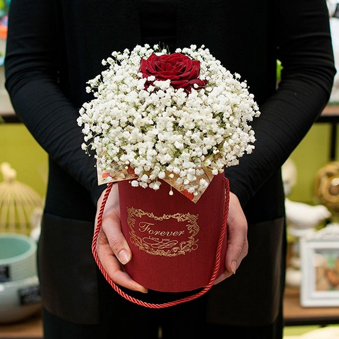 Шляпная коробка (малый) — 1 шт., Пиафлор — 1 шт., Упаковка Крафт-бумага — 1 шт., Гипсофила (белый) — 5 шт., Роза (красный, 60 см) — 1 шт.