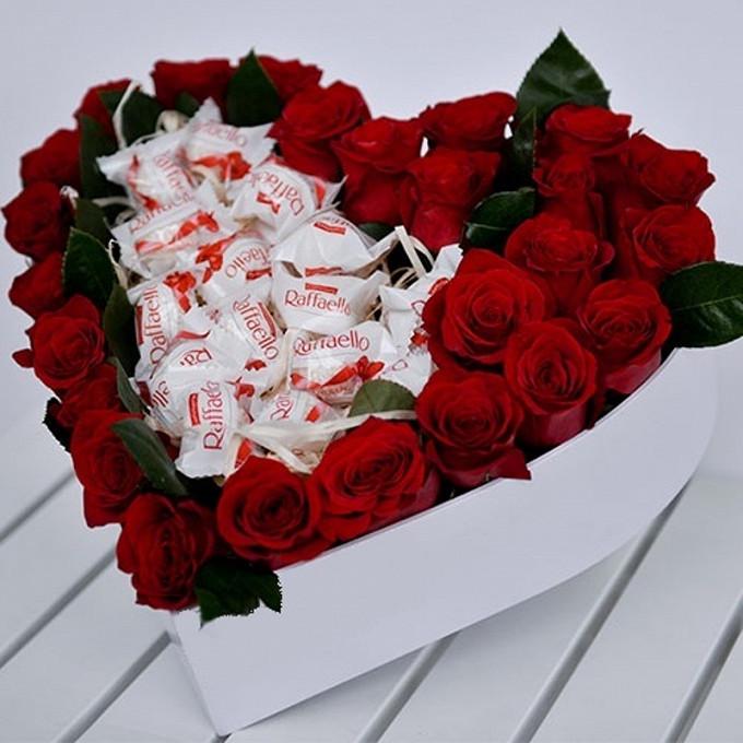 Роза Кения (красный) — 25 шт., Пиафлор — 1 шт., Рафаэлло 1 конфета — 12 шт., Коробка в форме сердца (сердце, средний) — 1 шт., Бабочка декоративная — 1 шт.