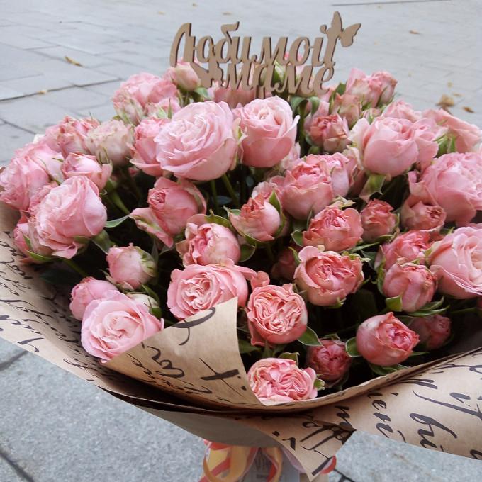 """Топпер """"Любимой маме"""" — 1 шт., Лента — 1 шт., Упаковка Крафт-бумага — 2 шт., Роза кустовая пионовидная (розовый) — 11 шт."""