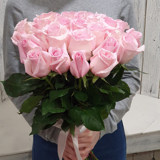 Роза Эквадор (нежно-розовый, 40 см) — 25 шт., Розовая лента — 1 шт.