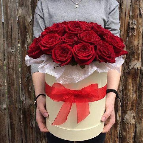 Роза Эквадор (красный) — 25 шт., Салал — 3 шт., Оазис — 2 шт., Шляпная коробка (большой) — 1 шт., Лента — 1 шт.