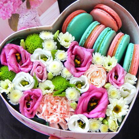 """Коробка с цветами и пирожными Macaron """"Сердечный презент"""""""