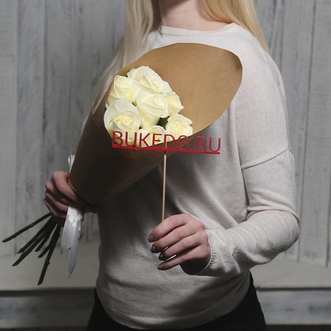 Роза Кения (белый, 50 см) — 7 шт., Белая лента — 1 шт., Упаковка Крафт однотонный — 1 шт.