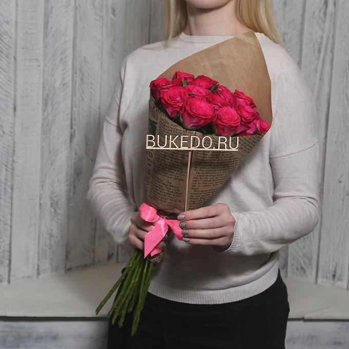 Роза Кения (ярко-розовый, 50 см) — 15 шт., Розовая лента — 1 шт., Упаковка Крафт-газета — 1 шт.